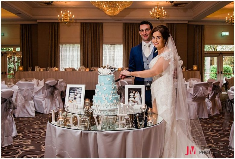 maria and Michael cutting their wedding cake in the Castlecourt Hotel